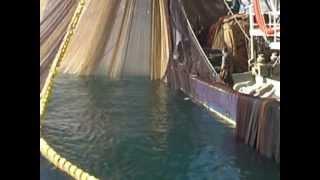 Gırgır balıkçı teknesini ağını toplarken görüntülüyoruz..