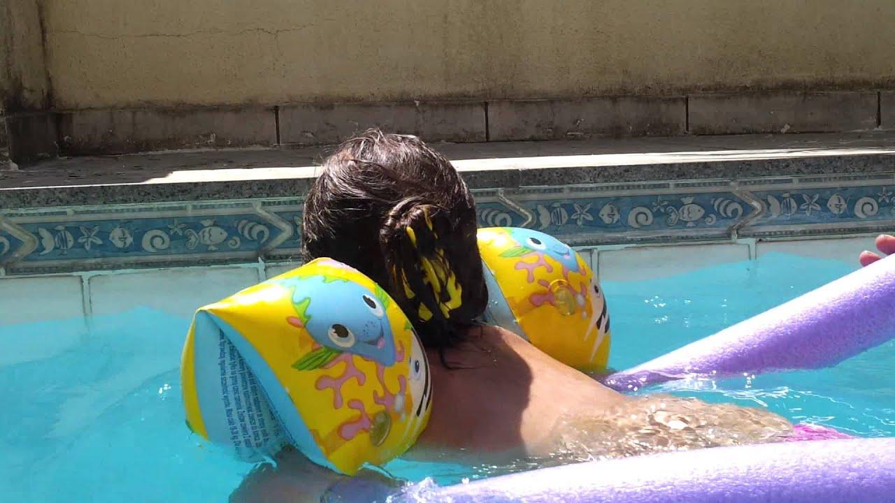 Giulia Poma brincando na piscina com o pai