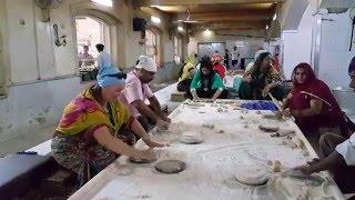 IHL320. Кухня гурудвары в Дели. Помогаю делать чапати. Как кормят в гурудваре...