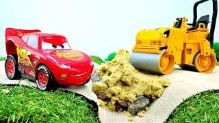 Lightning McQueen und die Helfer Autos - Kindervideo mit Spielzeugautos