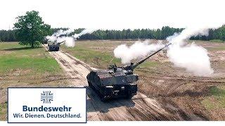 Panzerhaubitzen kämpfen zwischen Häusern - Bundeswehr