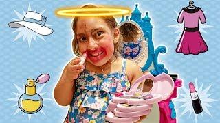 Maria Clara aprende a fazer maquiagem para crianças | Pretend play make up toys - MC Divertida