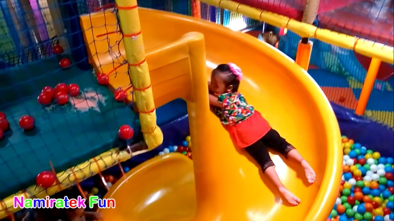 Bermain Mainan Anak Mandi Bola Taman Anak Anak Di Mall Playing