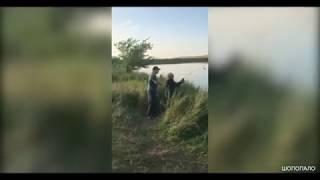 Прикол на рыбалке Ребята пошутили над дедом
