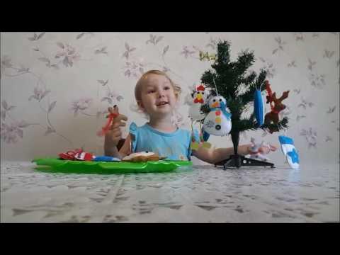 Наряжаем ёлочку игрушками из фетра, Лена поёт песенку смотреть в хорошем качестве