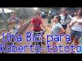 Entrega de una bicicleta a Roberto-tototo. Los estragos de la conjuntivitis en la plaguita Jr.