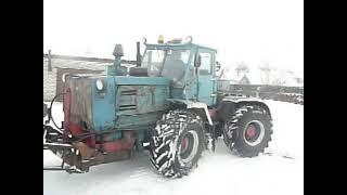 Уборка снега трактором ХТЗ Т-150К(Чистка снега в небольшом дворе с гаражами трактором Т-150К с не регулируемым ножом для чистки снега! Группа..., 2013-01-18T10:44:26.000Z)