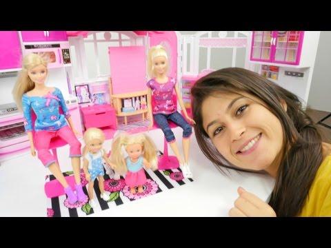 Barbie ve kızı - Nur Leyla'nın saçını çekiyor