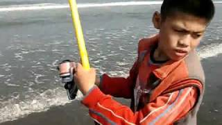 Repeat youtube video 2011-3-20-SurfCasting Fishing (蘆竹溝)灘釣遠投