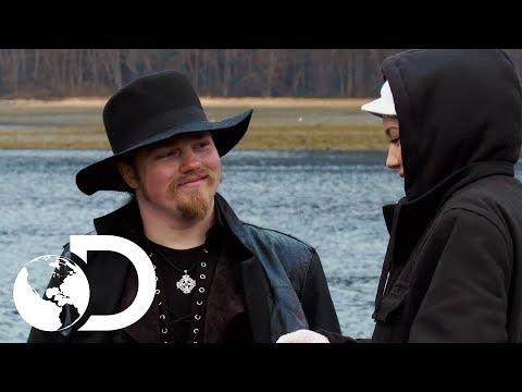 Una cita romántica en el pueblo Brown | Alaska: Hombres primitivos | Discovery Latinoamérica
