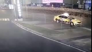 Смотреть видео В Москве отлетевшее колесо грузовика убило женщину. онлайн