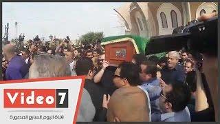 بالفيديو.. خروج جثمان محمود عبد العزيز من مسجد الشرطة متوجها لمدافن