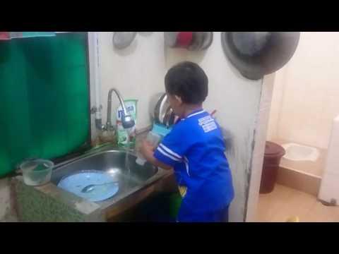 Anak kecil cuci tangan dan piring....lucuuu