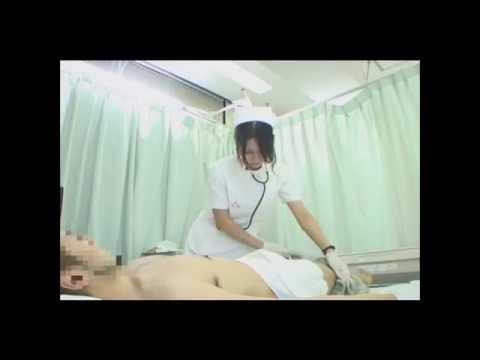 女性看護師が男性患者の体を拭きます