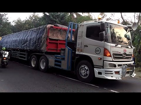 Truck Trailer Truk Tronton Truk Gandeng HINO FUSO ISUZU MERCY UD QUESTER Trucks di Jembatan Glagah