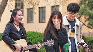 美女中国街头对情侣唱分手快乐,没想到有男生竟然说谢谢!(趣味社会实验)