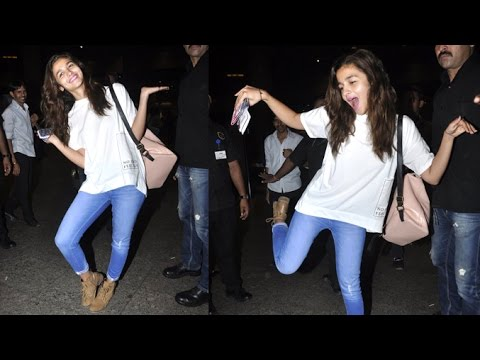 Thumbnail: Alia Bhatt's MAD Dancing & Posing At Airport