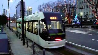 ライトアップされた市道富山駅北線を進む富山ライトレール・ポートラム