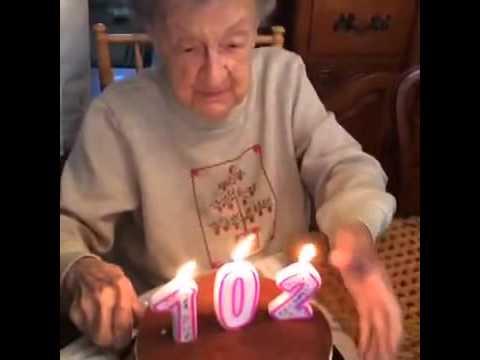 Oma pustet ihr Gebiss auf Kuchen 102 - YouTube