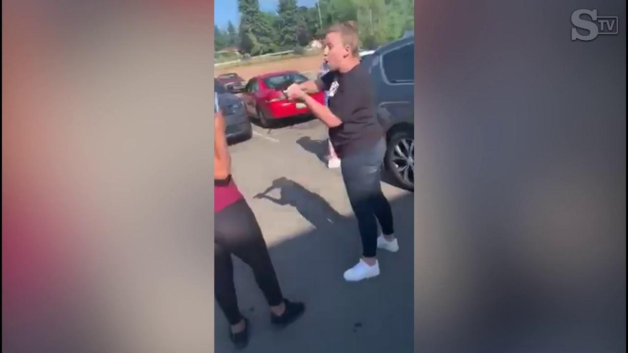 Si urtano all'ingresso di un fast food, donna punta pistola contro mamma e bimba afroamericane