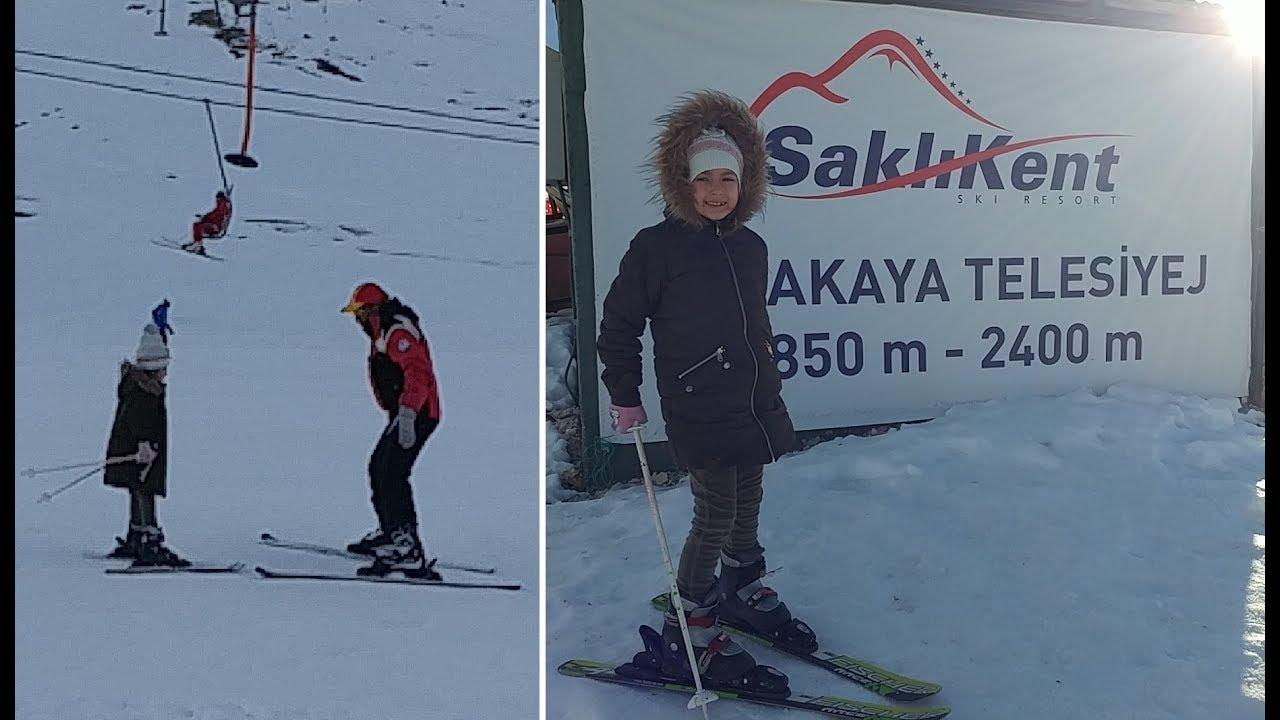 Elif ilk kez kayak yapıyor. Antalya Saklıkent kayak merkezi. Eğlenceli çocuk videosu