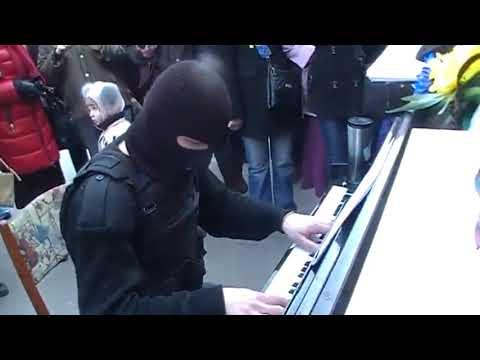 Suona per strada mascherato per non farsi riconoscere e commuove gli spettatori!!!