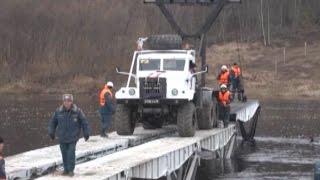 В Вельске монтируют новый мост рядом с рухнувшим(В соседней Архангельской области спасатели завершили монтаж понтонного моста. Его установили рядом с авар..., 2015-10-26T13:33:17.000Z)