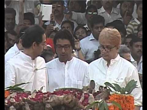 Raj & Uddhav Thackeray beside Bal Thackerays dead body