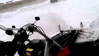 Уборка снега на тротуарах(Механизированные дворники появились на улицах Харькова., 2014-01-21T20:36:22.000Z)