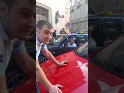Taxikáři v Mostecké ulici parkují na pěší zóně a když je na to upozorníte, vyhrožují a napadají