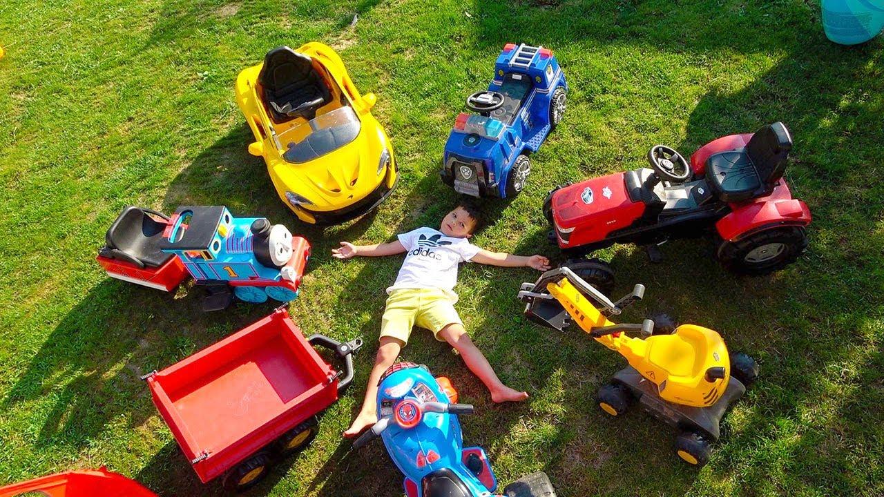 Егорка развликаеться с детскими машинками