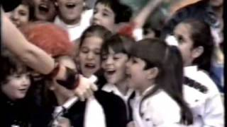"""Xuxa canta o """"Parabéns da Xuxa"""" em 1987"""