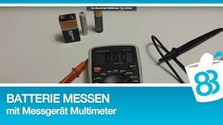 Batterie messen mit Messgerät Multimeter