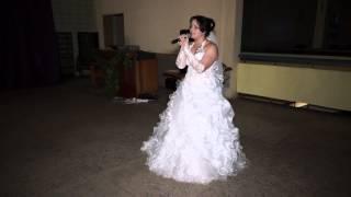 Невеста поет для жениха на свадьбе