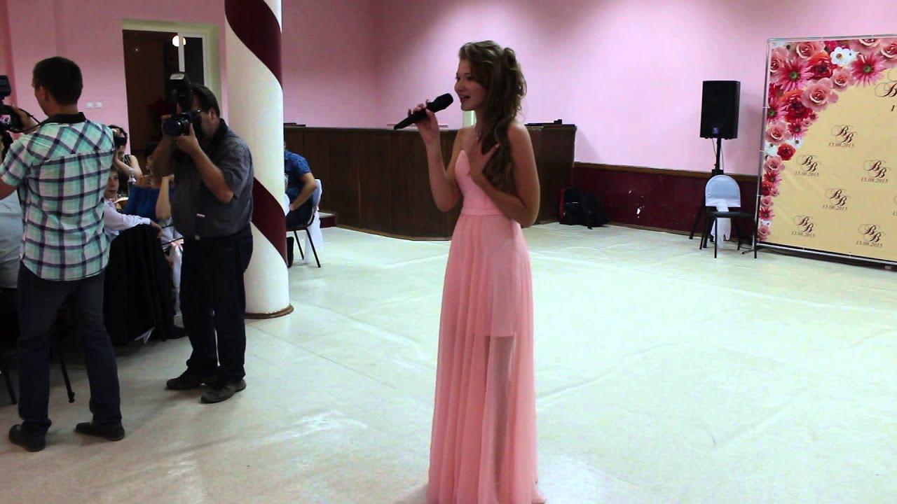 Сестра поет сестре на свадьбу