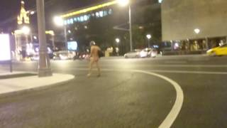 Голый мужчина гулял по Садовому кольцу с гитарой [LIFECORR | 500 RUB]