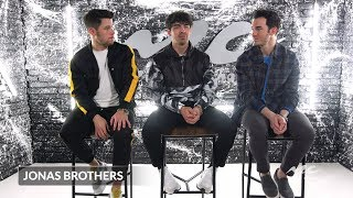 "Baixar Jonas Brothers on their Leading Ladies in ""Sucker"" Video"
