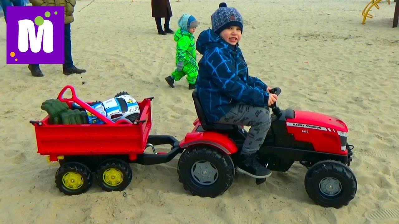 Прицеп с бортами катаем игрушки и шарики на тракторе по песку