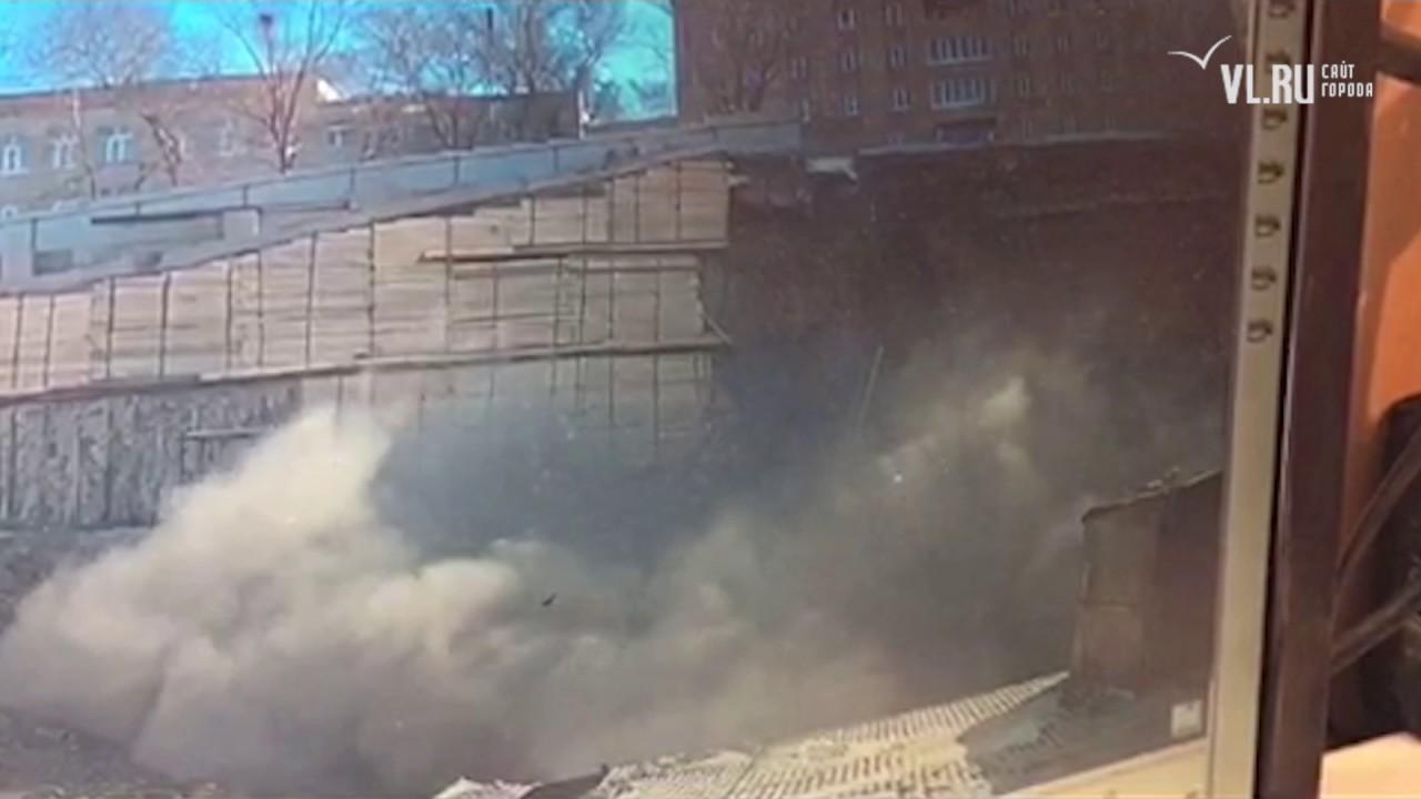 VL ru Обрушение стены на Станюковича попало в объектив камеры видеонаблюдения