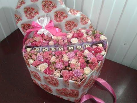 Цветы и буквы конфеты в подарочной коробке. Flowers and letters of candy in a gift box.
