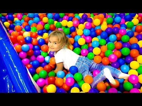 Детский развлекательный центр и цветные шарики для детей   видео канал Оливия Влог