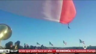 Un soldado mexicano vuela tras enredarse con la bandera nacional