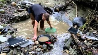 Goldwaschen an einem schweizer Bach