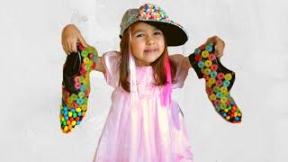 Алиса играет в продавца сладких туфлей