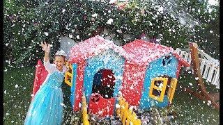 Karlar Kraliçesi elsa 40 derece sıcakta kar yağdırıyor, eğlenceli çocuk videosu, toys unboxing