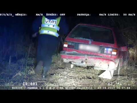 Vīrietis, kurš vada automašīnu alkohola reibumā un bez tiesībām, bēg no policijas