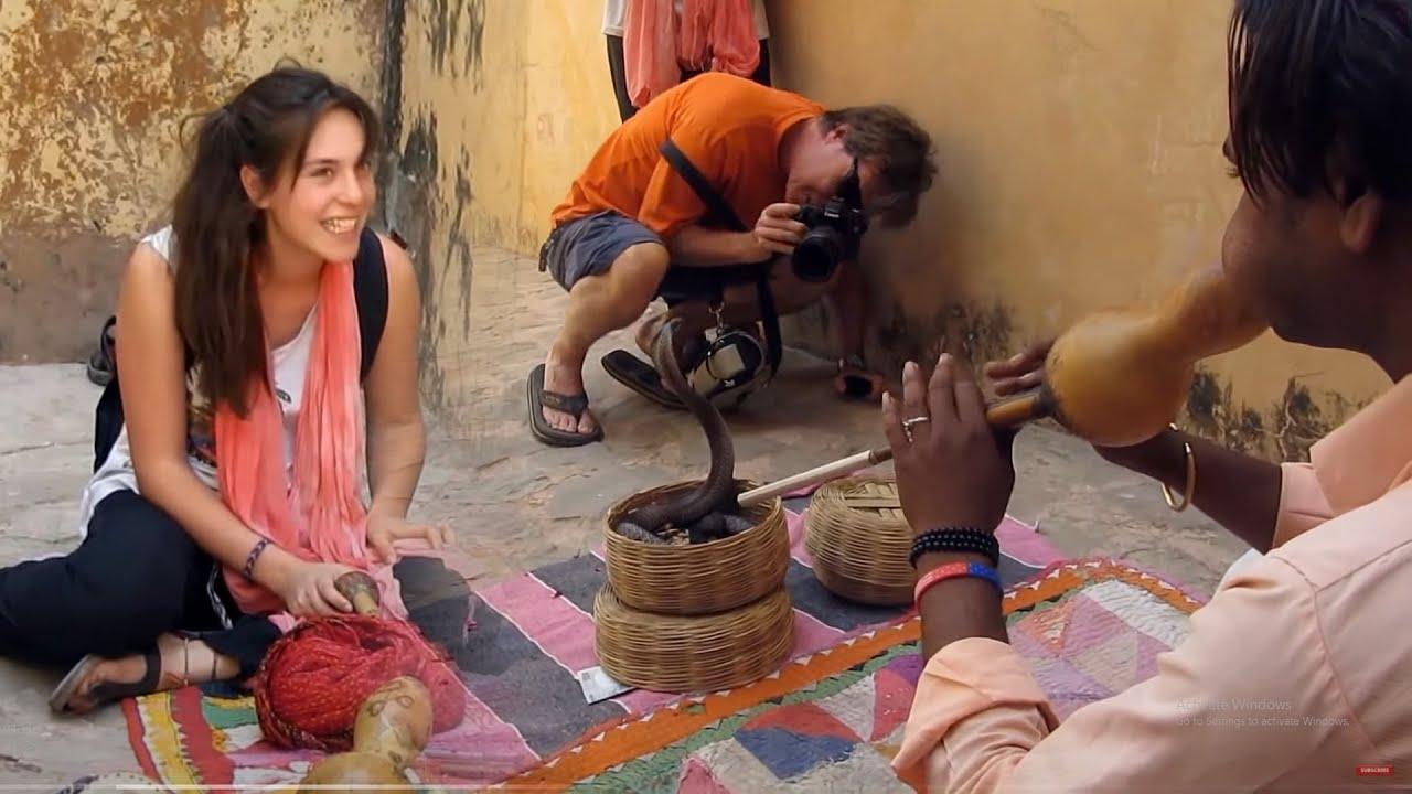 English Madam Very Funny - सांप सपेरे की चड्डी में घुस गया - Saanp Sapere Ki Chaddi Me Ghus Gaya