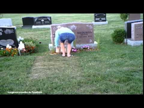 Mujer es sorprendida robando flores ¡de una tumba!