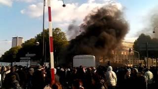 Manif des forains a Rouen le 13 octobre 2015, une caravane poussée dans les flammes
