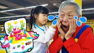 My grandfather was hurt, and Yuni pretended to take care of the pink pong. 핑크퐁 119구급차 놀이 키즈까페 - 로미유